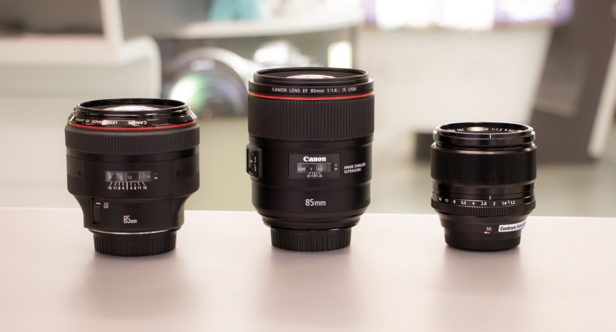 Fuji XF 56 mm vedle 85mm objektivů pro full frame.